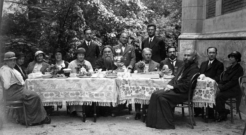 1933–1934 годы. Отец Михаил сидит справа перед столом вполоборота.
